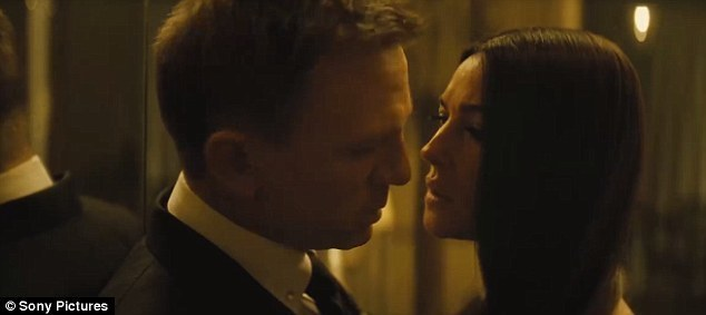 2ABE685D00000578-3170455-Sizzling_Bond_played_by_Daniel_Craig_seduces_Monica_Bellucci_s_c-a-57_1437571309266.jpg